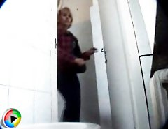 Unsuspecting mamas empties her bladders in public loo
